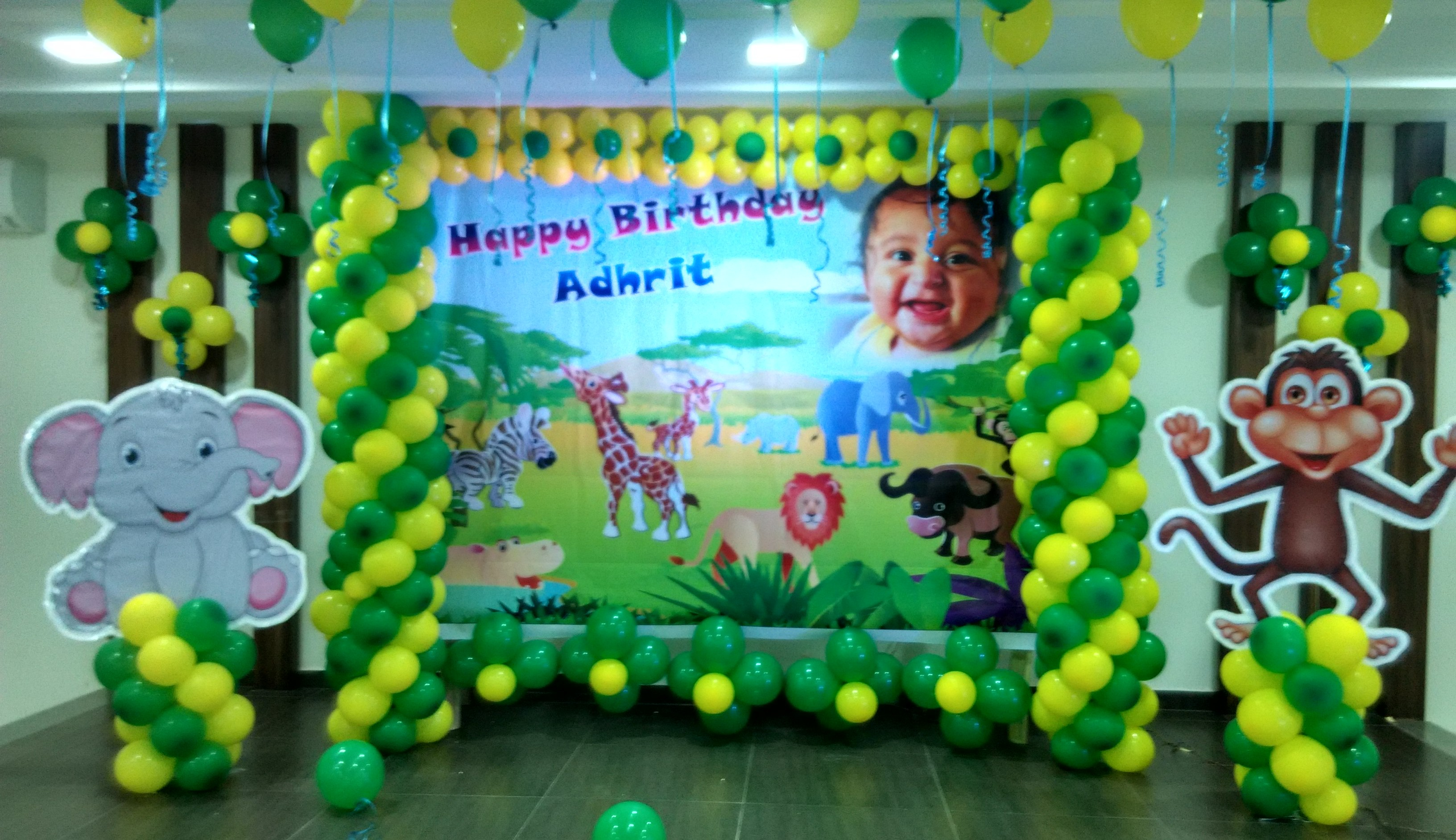 Balloon decoration jungle theme for 1 year birthday decoration